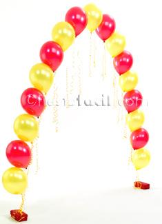 un arco de globos para una fiesta graduación